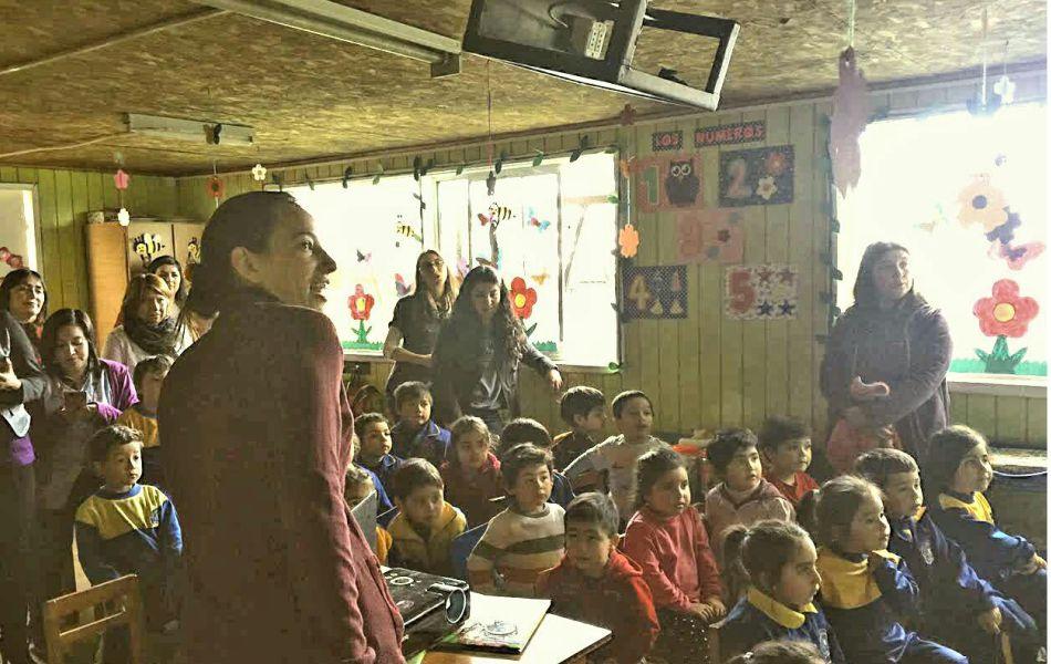 Isha educando para La Paz en la Escuela de Lenguaje Nueva Lengua